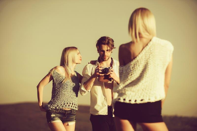 暑假和旅行,秀丽和时尚、爱和友谊 库存图片