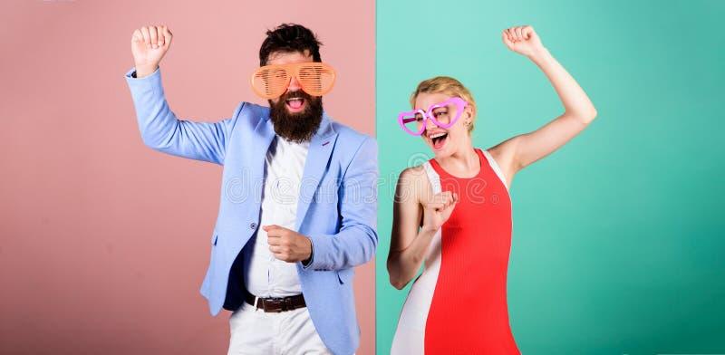 暑假和时尚 愉快的男人和妇女Frienship  H 免版税库存照片