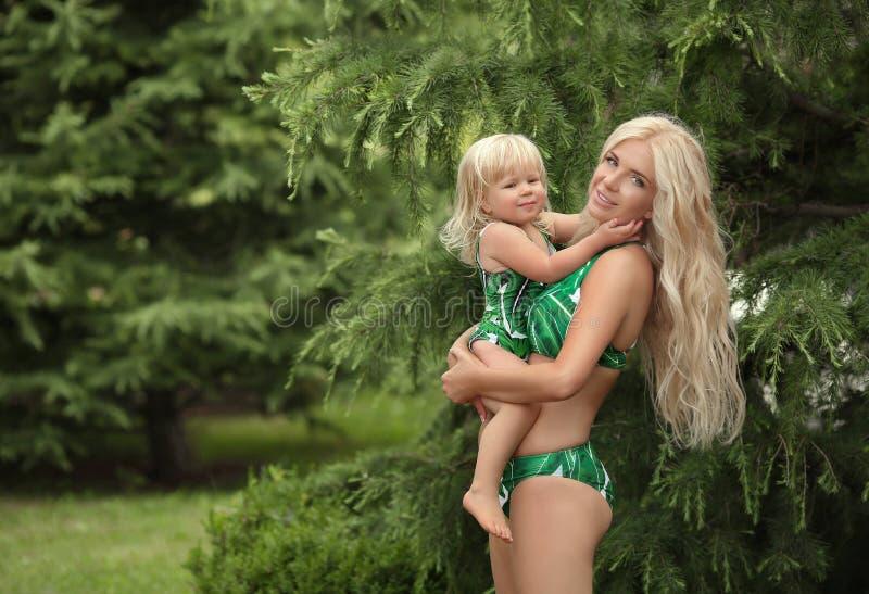 暑假家庭神色,白肤金发的女孩父母身分画象 B 库存照片
