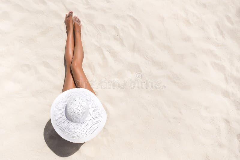 暑假时尚概念-晒黑的妇女佩带的太阳帽子a 免版税库存图片