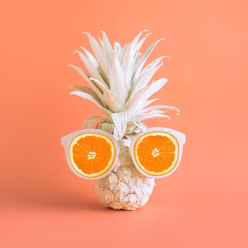 暑假概念用菠萝和太阳镜在柔和的淡色彩 免版税库存图片