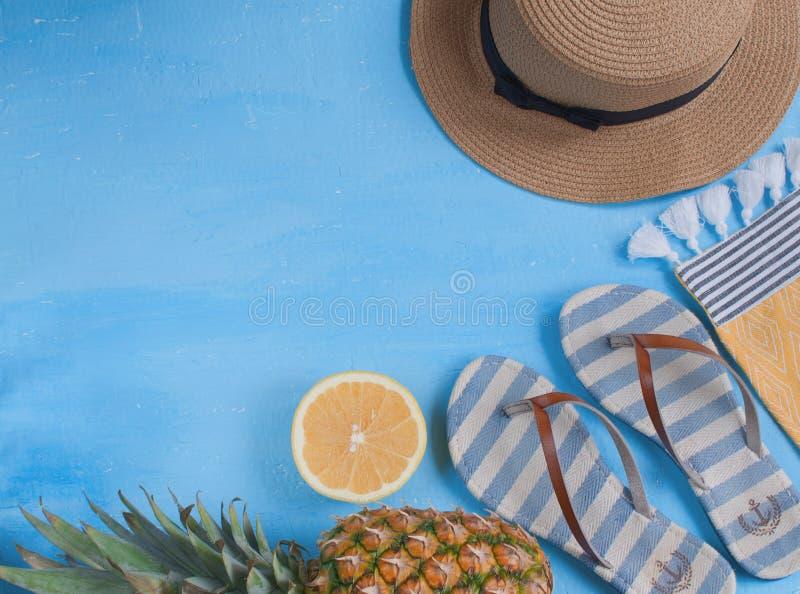 暑假概念,平展放置与妇女帽子、触发器、板材用新鲜的cutted菠萝,葡萄柚和血淋淋的桔子 库存照片