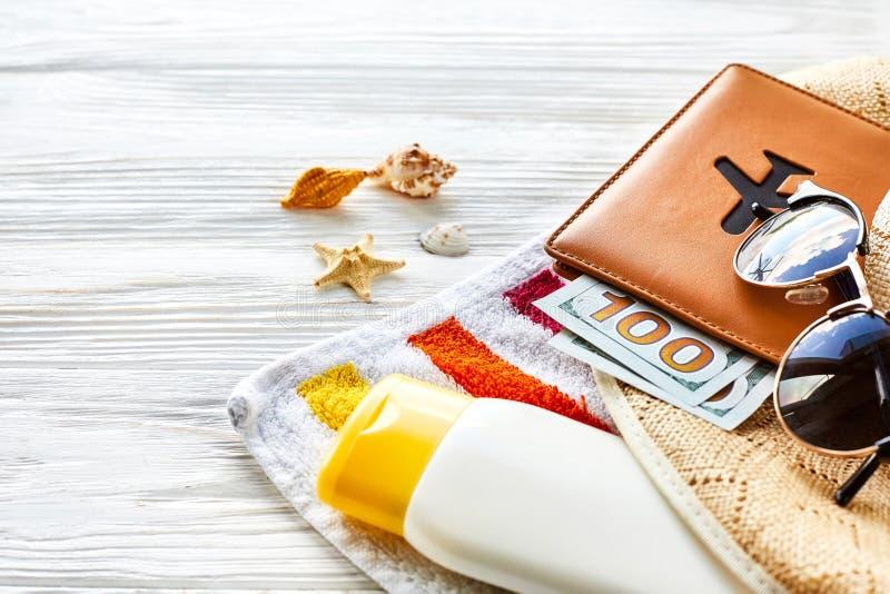 暑假概念 五颜六色的毛巾,帽子,与金钱的护照 库存照片