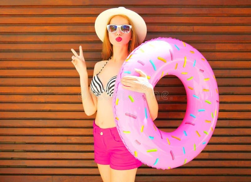 暑假概念-俏丽的妇女拿着可膨胀的圆环 免版税图库摄影