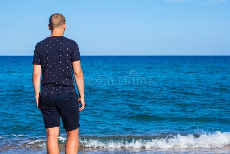 暑假概念-的年轻人看的后面观点 库存图片