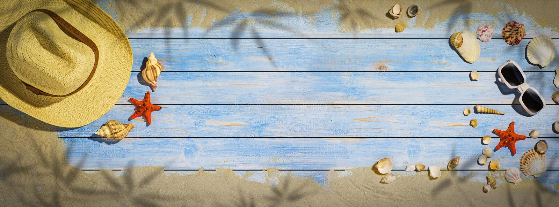 暑假横幅- seashel和星在木地板上钓鱼 免版税库存照片