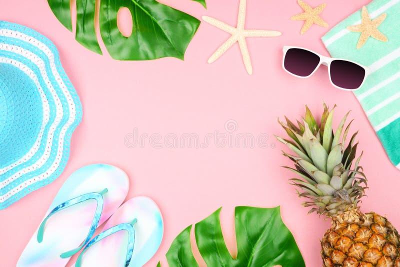 暑假海滩在粉红彩笔背景的辅助部件框架与拷贝空间 库存照片