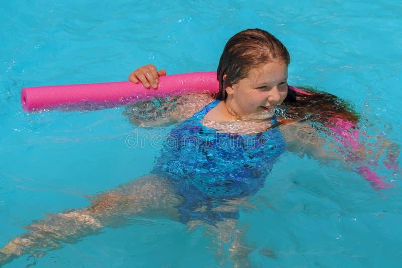 暑假游泳场的逗人喜爱的微笑的女孩 库存照片
