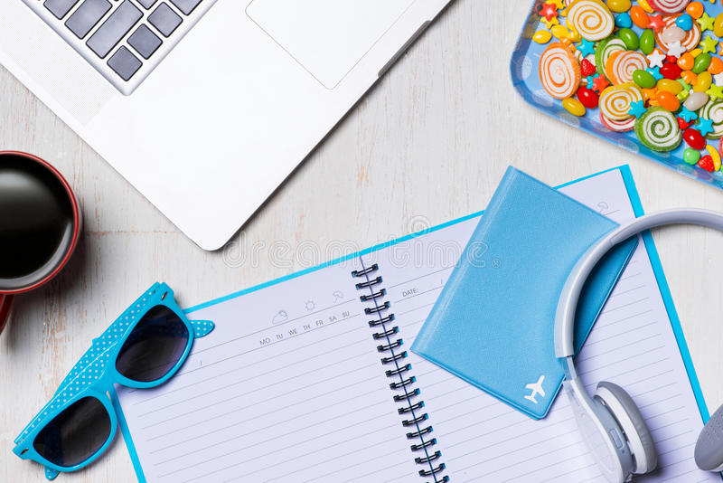 暑假背景、旅行和假期项目在木桌上 顶视图 免版税库存照片
