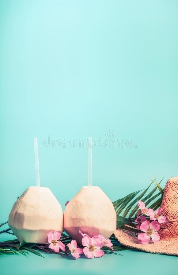 暑假背景用椰子喝,草帽,太阳镜 棕榈叶和异乎寻常的花,正面图 免版税图库摄影