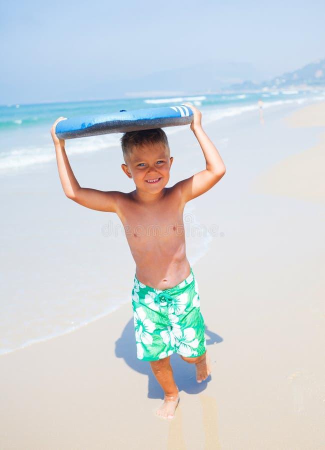 暑假-冲浪者男孩。 免版税图库摄影