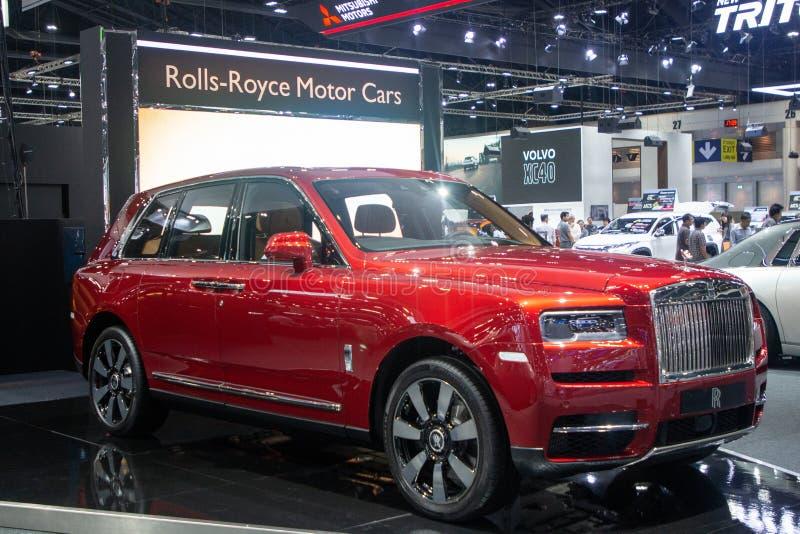 暖武里,泰国- 2018年12月6日:劳斯莱斯卡利南汽车现代设计,在汽车展示会的红色汽车 库存照片