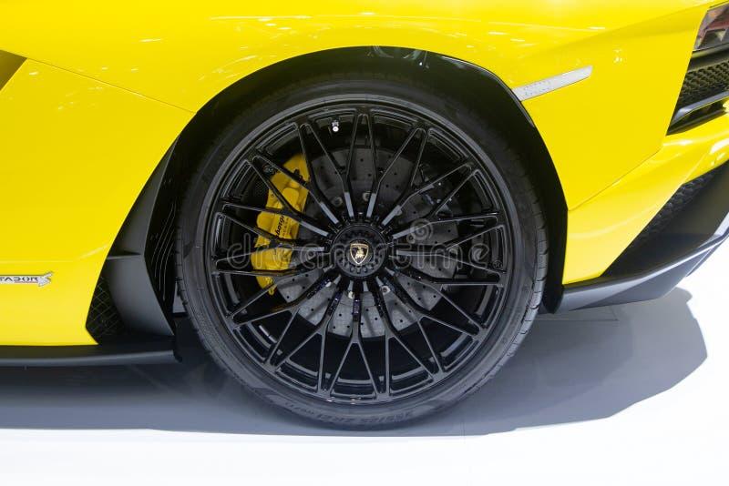 暖武里,泰国- 2018年12月6日:在马达商展的蓝宝坚尼Aventador黄色超级跑车 轮胎和圆盘制动器的关闭 库存照片