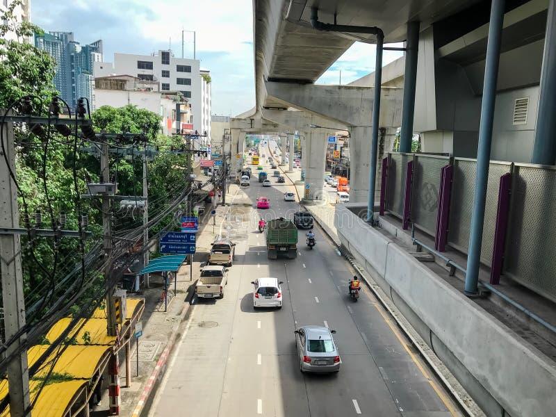 暖武里,泰国- 2019年7月06日:在Tiwanon路的许多汽车原因堵车有公共卫生驻地MRT的  库存照片