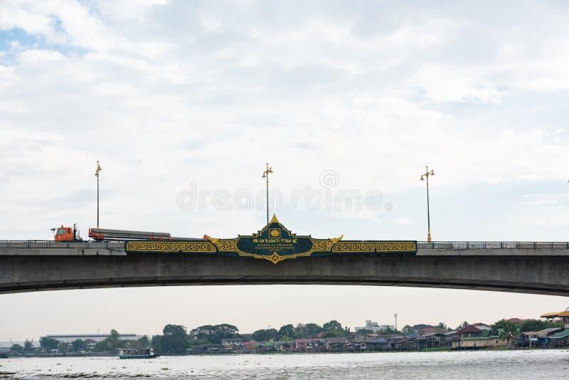 暖武里,泰国- 2016年1月20日:拉马IV桥梁的标志 拉马IV桥梁是横渡昭拍耶河的桥梁  免版税库存图片