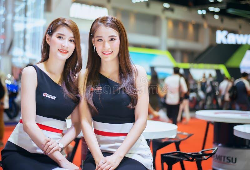 暖武里,泰国- 3月4,2019:在摊的女孩模型汽车泰国曼谷国际汽车展示会的2019年,veh的陈列 免版税库存图片