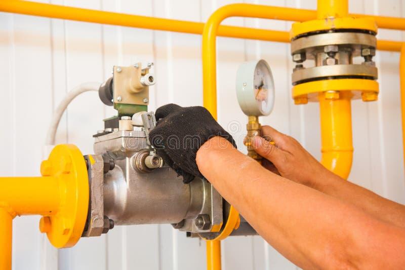 暖气的现代锅炉室设备 库存图片