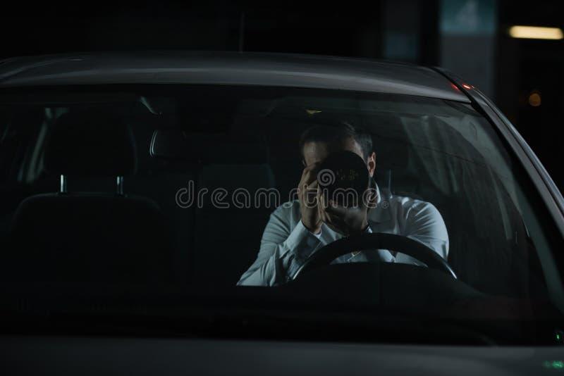 暗中侦察由与接物镜的照相机的男性私家侦探正面图从 免版税库存照片