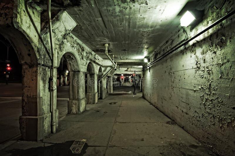 黑暗和粗砂芝加哥都市市街道和胡同在晚上 de 免版税库存图片