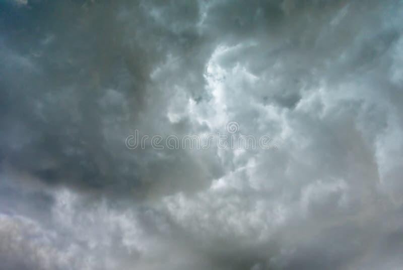阴暗天空以黑暗覆盖自然本底 免版税图库摄影