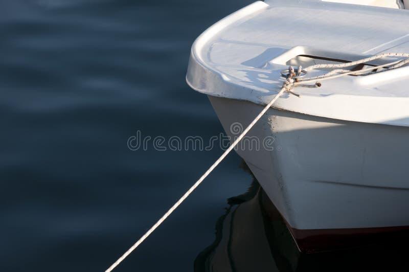 暗水上码头小船 免版税库存图片
