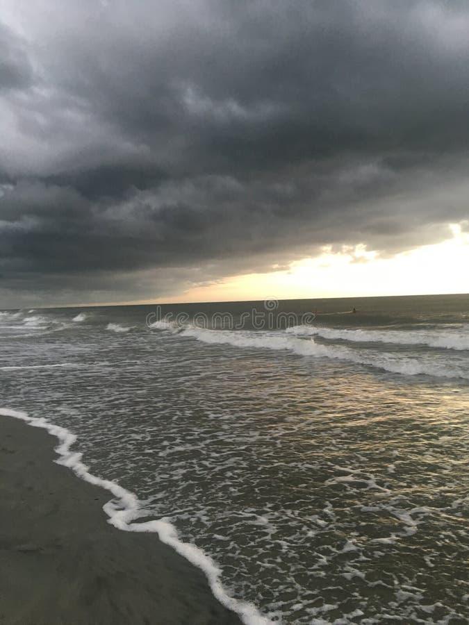 阴暗海滩步行 免版税库存照片