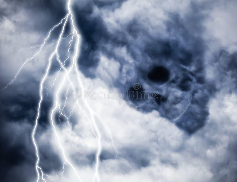 黑暗的云彩头骨想法与照明设备的 库存图片