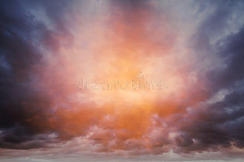黑暗的五颜六色的风雨如磐的多云天空背景 免版税图库摄影