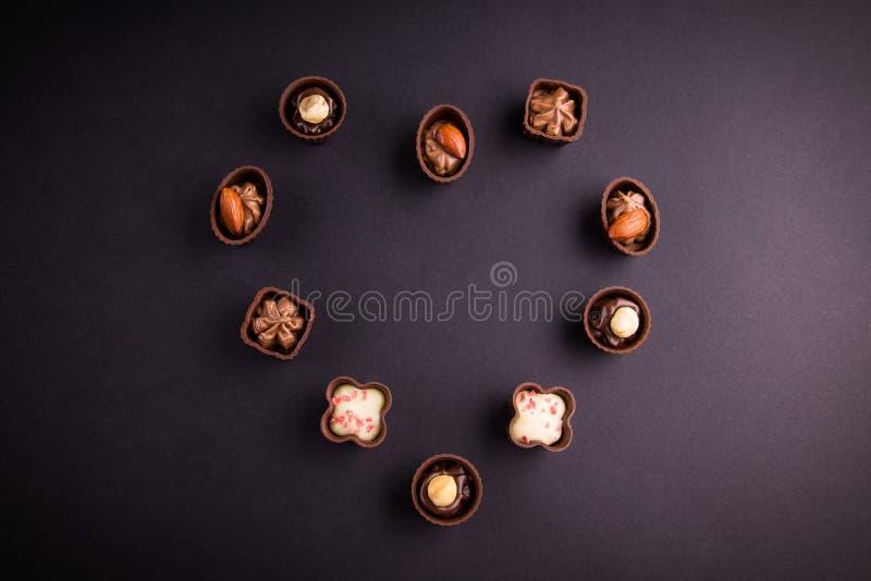 黑暗的分类和牛奶巧克力糖果在心脏塑造 免版税库存图片