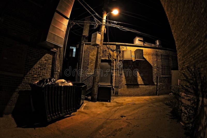 黑暗的城市胡同在晚上 免版税库存图片