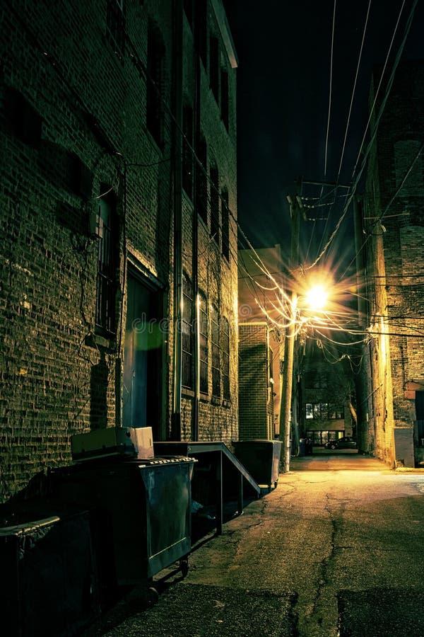 黑暗的城市胡同 图库摄影