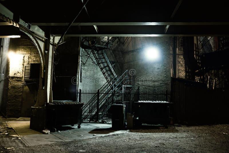 黑暗的城市胡同 免版税库存照片