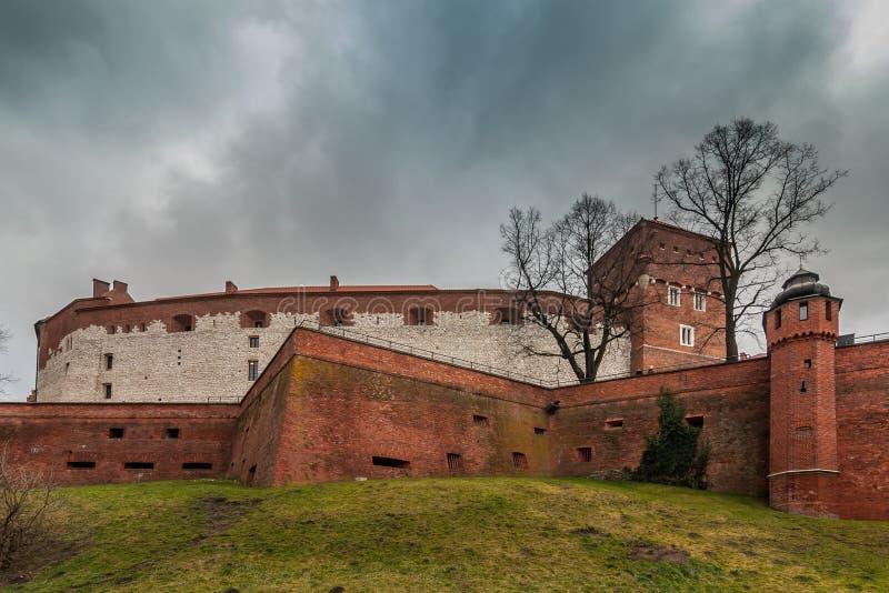 以黑暗的多云天空为背景的城堡墙壁 波兰 克拉科夫 Wawel 免版税库存照片
