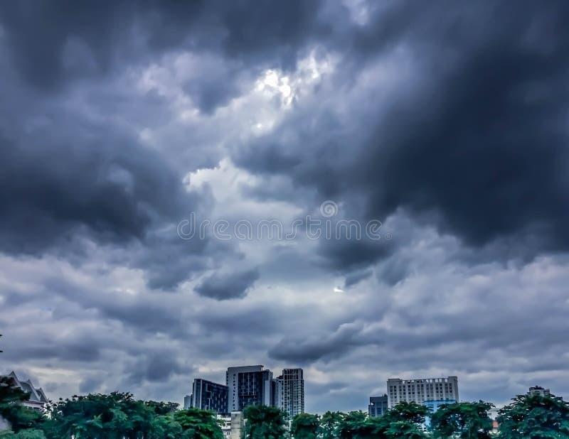 黑暗的天空、黑暗的云彩和大厦 免版税库存图片