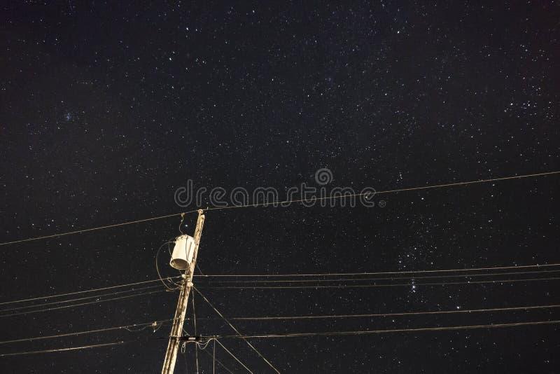 黑暗的天空送电线 免版税库存照片