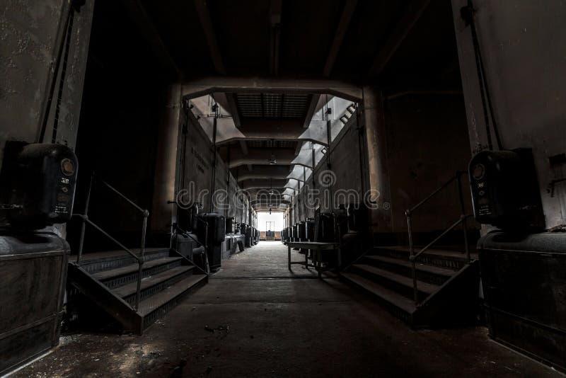 黑暗的工业内部 免版税库存图片