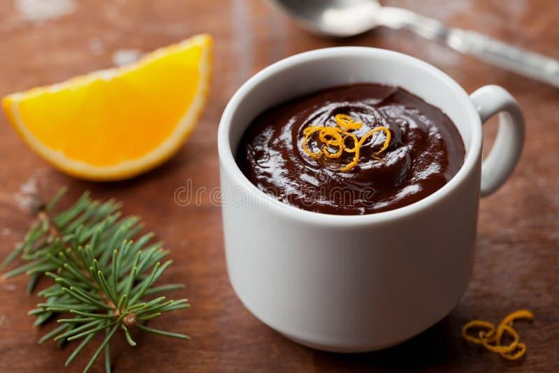 Download 从黑暗的巧克力沫丝淋的可口点心与橙色切片装饰了柑橘果皮 库存图片 - 图片 包括有 厨房, 熔化: 62535875