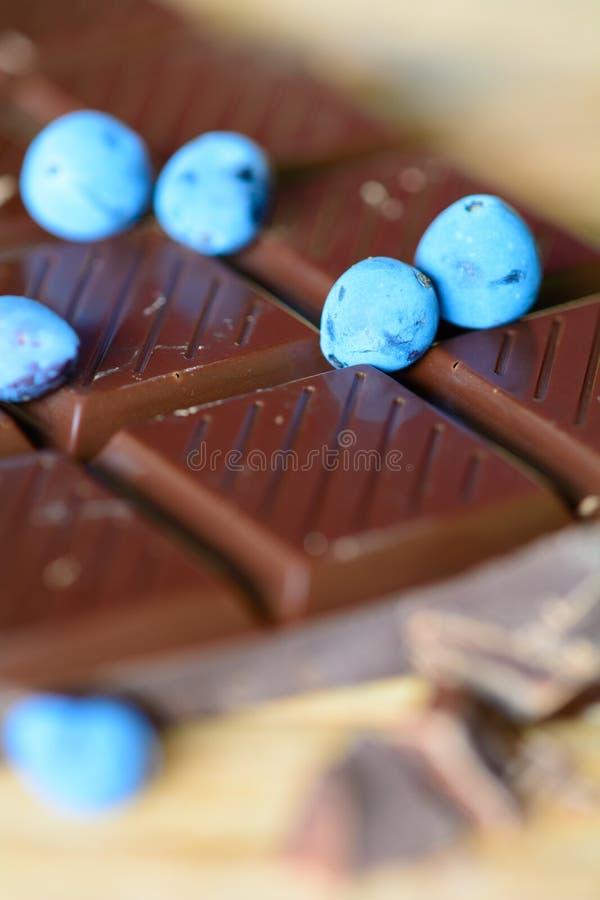 黑暗的巧克力用莓果 免版税图库摄影