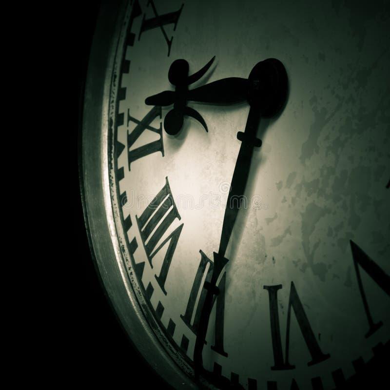 黑暗的时钟细节 库存照片