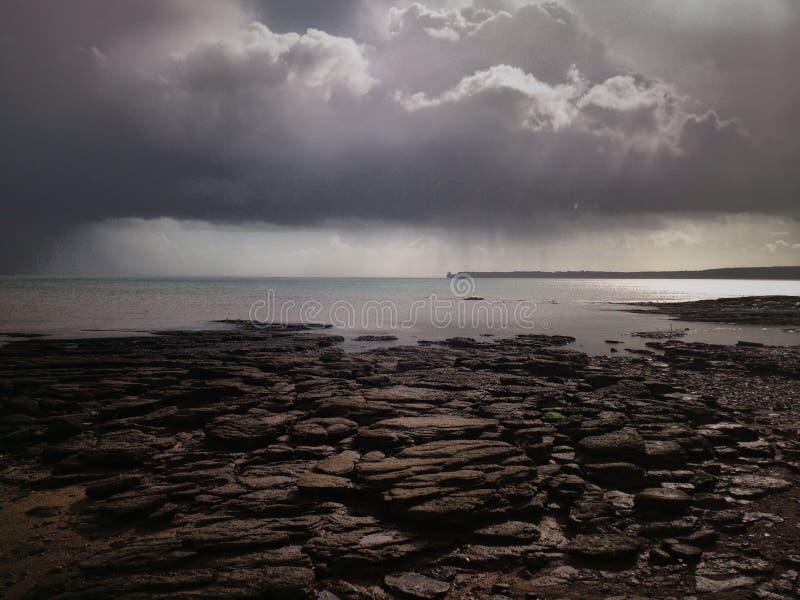 黑暗的海边 库存照片