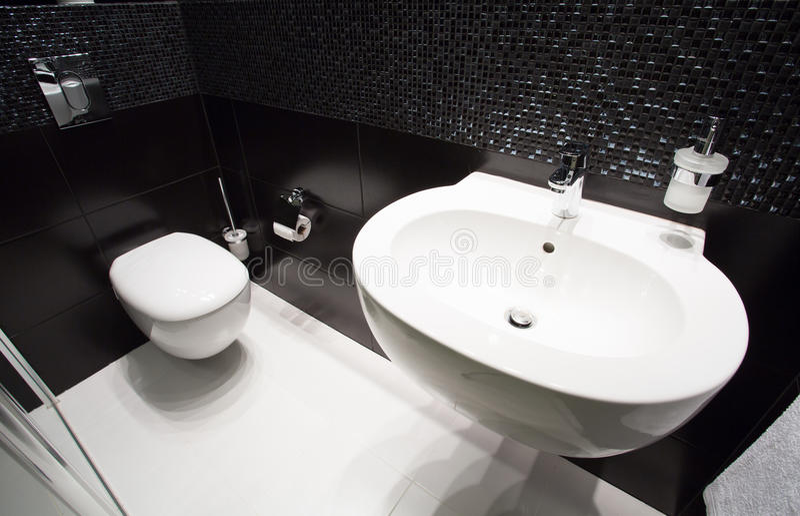 黑暗的现代洗手间内部 免版税库存照片