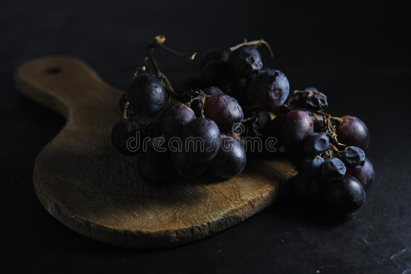 黑暗的甜葡萄 免版税库存照片