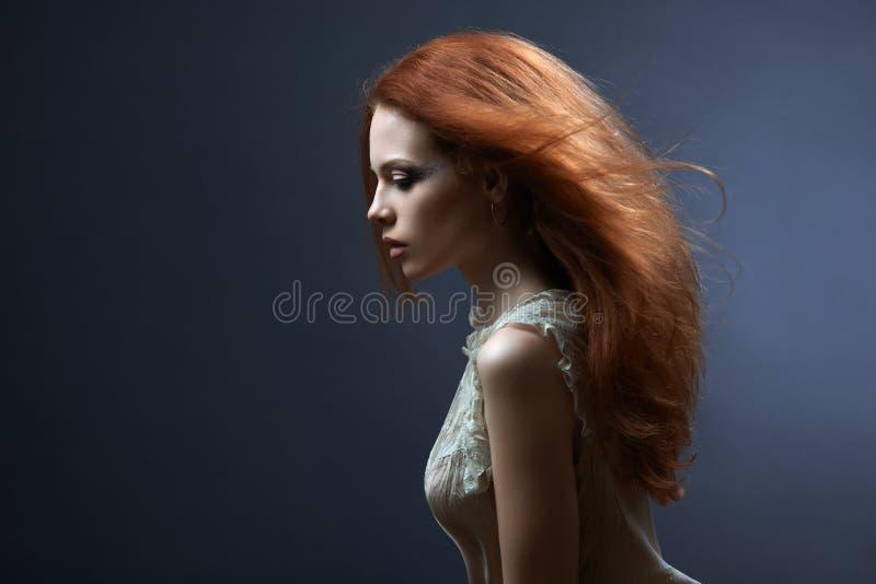 黑暗的美丽的红发女孩 免版税库存图片