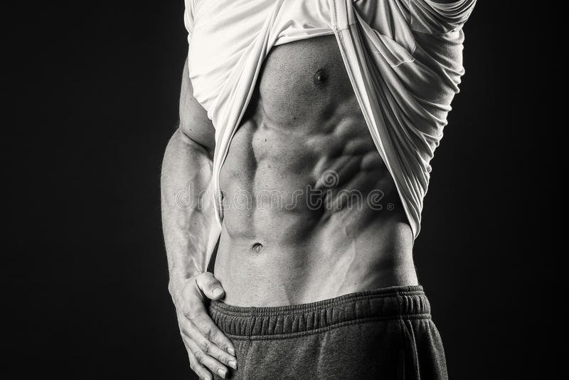 黑暗的背景的肌肉人 免版税库存照片