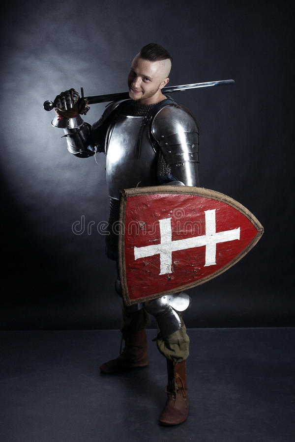 黑暗的背景的骑士 图库摄影