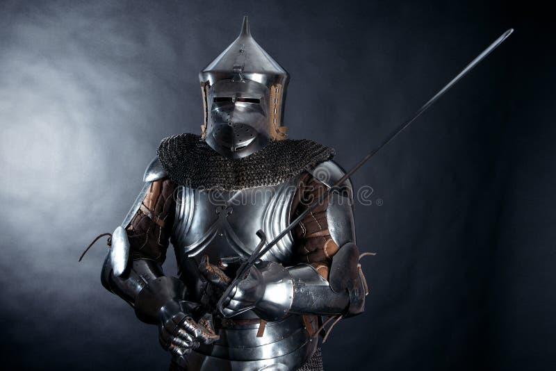 黑暗的背景的骑士 库存图片