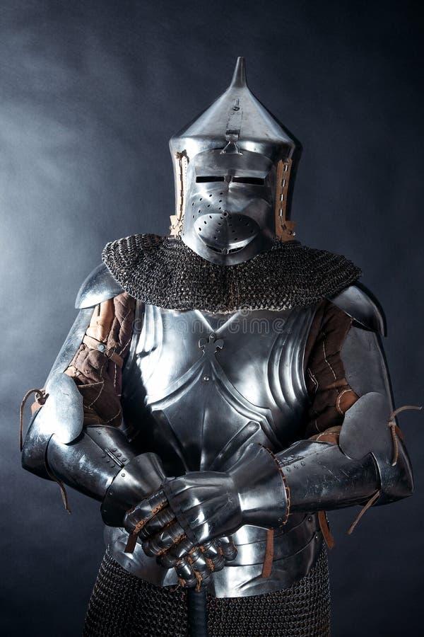 黑暗的背景的骑士 免版税库存照片