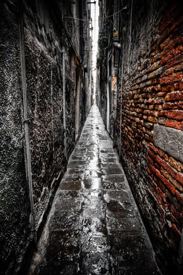 黑暗的胡同在威尼斯 免版税库存图片
