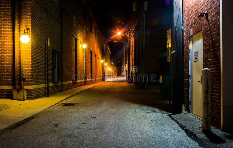 黑暗的胡同在晚上在汉诺威,宾夕法尼亚 免版税库存图片