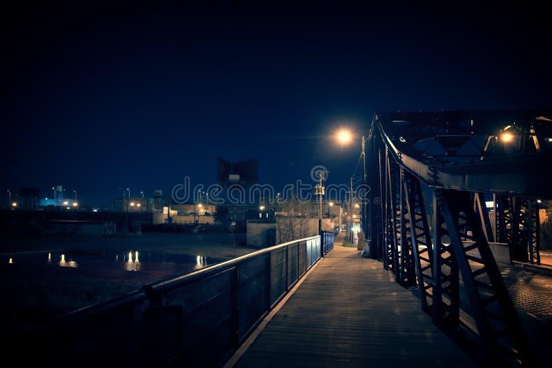 黑暗的芝加哥市钢桥梁在晚上 超现实的都市场面机智 图库摄影